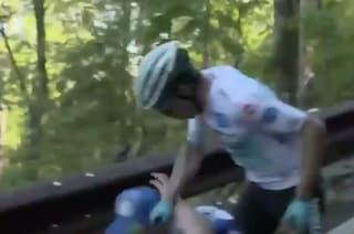 Giro d'Italia 2019, tifoso provoca caduta di Miguel-Angel Lopez che si rialza e lo schiaffeggia