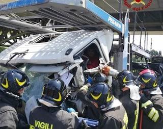 Scontro fra tir in A4: tre squadre di pompieri per estrarre un camionista intrappolato