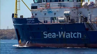 """Sea Watch a Messina, sbarcano i migranti. Ong: """"Nessuna anomalia, l'equipaggio è in salute"""""""