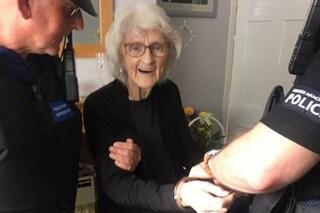 L'ultimo desiderio (esaudito) di Josie, 93 anni: farsi arrestare per vedere com'è il carcere