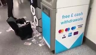 """Londra, in metro il bancomat dei sogni: """"impazzisce"""" e sputa centinaia di banconote"""