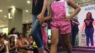Bimbi orfani sfilano in passerella davanti ai potenziali genitori adottivi, polemica in Brasile