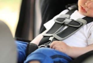 Rimini, paura nel parcheggio: bimbo di 2 anni si chiude nell'auto sotto al sole