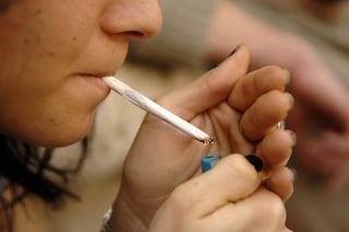 Si affaccia dal balcone per fumare un sigaretta, ma si sporge troppo e precipita: morto