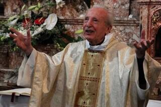 La storia di don Probo Vaccarini, prete di 100 anni con quattro figli sacerdoti