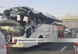 Tragedia a Dubai, pullman si schianta contro cartello stradale: 17 morti