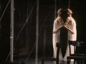 """Pina Bausch nel suo balletto più celebre, """"Café Muller""""."""