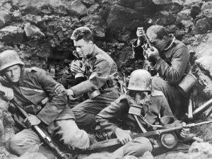 """Una scena tratta dal film del 1930 """"Niente di nuovo sul fronte occidentale"""", ispirato all'omonimo romanzo di Erich Maria Remarque."""