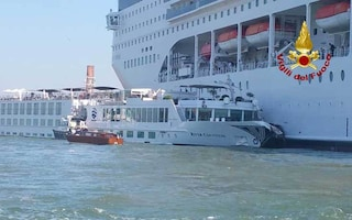 """Venezia, scontro tra nave e battello. Ferite quattro turiste. Il pilota: """"Persi i comandi"""""""