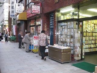 Jimbocho, il quartiere di Tokyo dedicato ai libri: negozi e club letterari ad ogni angolo