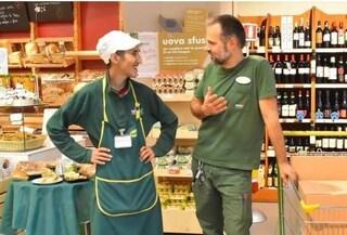 Straniero chiede l'elemosina davanti al supermercato: il titolare lo assume