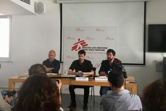 L'incontro stampa di Medici Senza Frontiere a Roma. Da sinistra: Marco Bertotto (responsabile advocacy MSF in Italia), Sam Turner (capomissione MSF per la Libia), Julien Raickman (capomissione MSF a Misurata e Khoms).
