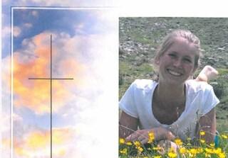 Melanie, 26 anni, cade in un dirupo e muore: il suo cane cerca aiuto poi la veglia per ore