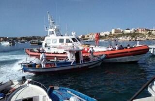 Migranti, in 38 trainati a Lampedusa da Guardia costiera. Tra loro anche una bimba