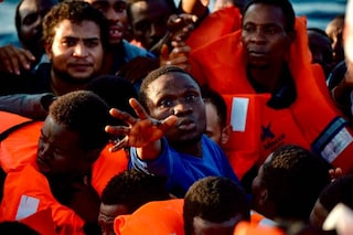 Barcone con 57 migranti al largo della Sicilia: la Guardia di Finanza li fa sbarcare a Lampedusa