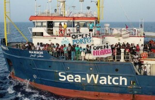 """La Sea Watch forza il blocco e attracca a Lampedusa. Proteste della Lega: """"Siete scafisti"""""""