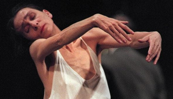 """Pina Bausch immortalata in un momento del celebre spettacolo """"Café Muller"""" (Avignone, 1995)."""