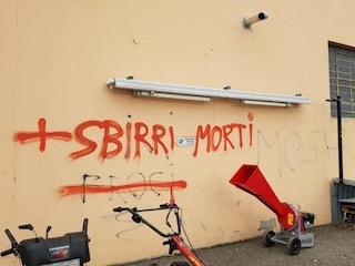 """Scrive """"Sbirri morti"""" su un muro, ma alle sue spalle c'è una volante della polizia"""