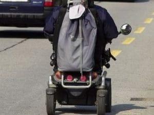 Fano, viaggia contromano sulla superstrada in sedia a rotelle e sulla corsia di sorpasso