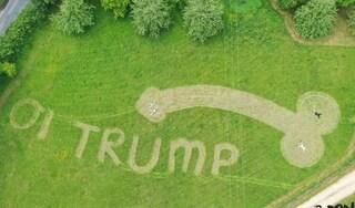 Trump a Londra, studente ambientalista lo accoglie con un grosso pene disegnato sul prato