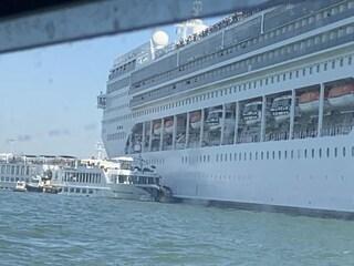 Venezia, nave da crociera Msc colpisce battello turistico alla Giudecca: 5 feriti, panico a bordo