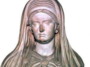 Statua marmorea che raffigura la Grande Sacerdotessa di Vesta, proveniente dal Tempio di Vesta nel Foro romano; oggi è conservata al Museo Nazionale.