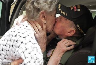 Si erano amati per 2 mesi nel 1944, a 98 anni veterano ritrova e bacia il suo primo amore