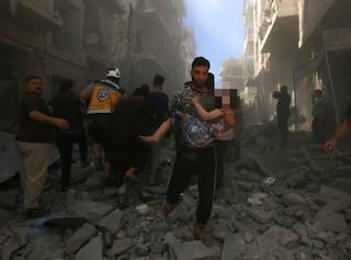 """Siria, per i bimbi morti sotto le bombe nemmeno il funerale: """"Li lasciano nelle tombe aperte"""""""