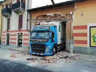 Chieri. Il camion è troppo grande e sfonda il muro del supermercato: l'incidente è disastroso