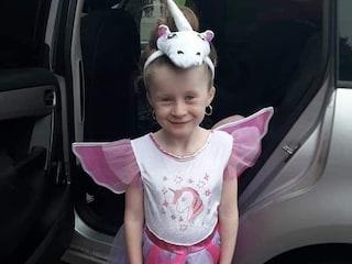 L'auto inizia a muoversi e la schiaccia a morte: Chantelle, 7 anni, stava giocando fuori casa