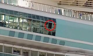 Nonno fa penzolare nipotina di 18 mesi fuori dalla finestra della nave: bimba precipita e muore