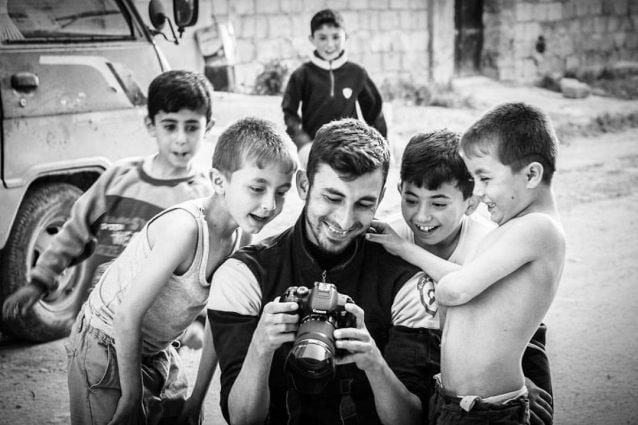 Anas Al–dyabha, il fotoreporter siriano ucciso in un bombardamento a Khan Shaikhoun il 21 luglio (White Helmets)
