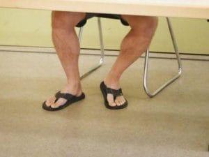 """Va in Tribunale con pantaloncini e infradito, il giudice lo allontana: """"Torni con abiti adeguati"""""""