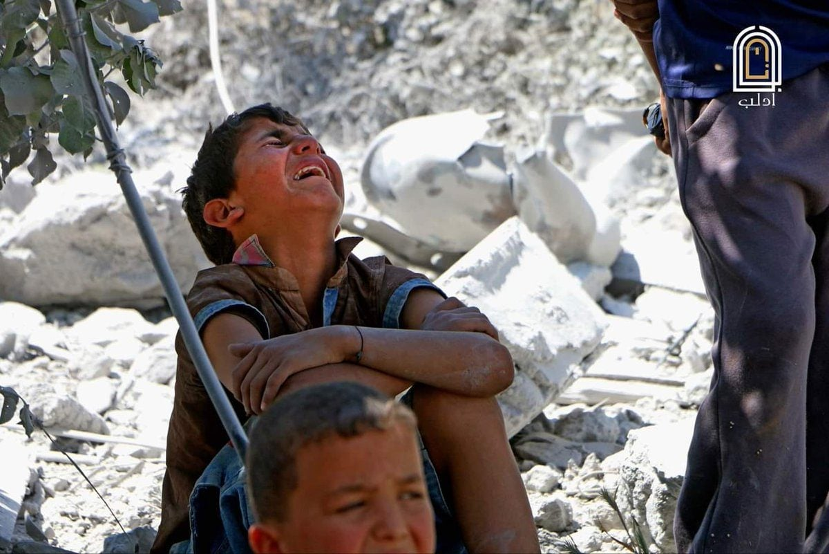 La disperazione di un bimbo siriano dopo un attacco aereo (Syrian network for human rights)