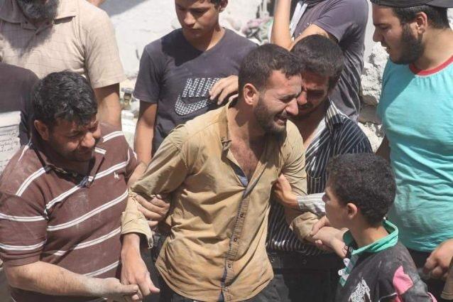 Il dolore di un padre che ha perso i suoi cari a Idlib.