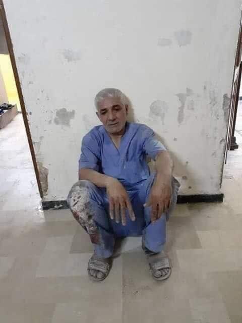 Il dottor Mohammad Rabi 'Al–Khateb esausto dopo una giornata curando le decine di feriti del bombardamento su Ariha (Idlib Voice)