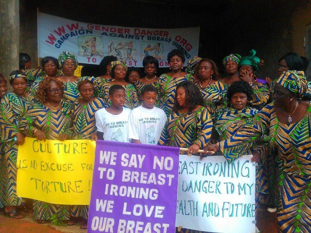 """La campagna per mettere fine allo stiramento del seno in Camerun. """"La cultura non è una scusa per torturare"""", si legge in uno dei cartelli (Fomuso Blessing)"""