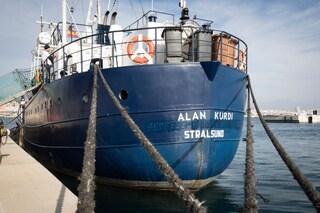 """Alan Kurdi, Malta autorizza lo sbarco dei migranti ma annuncia: """"Distribuiti in altri paesi"""""""