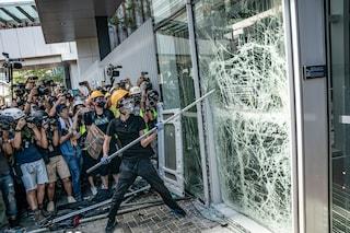 Caos ad Hong Kong, manifestanti inferociti sfondano le porte ed entrano in Parlamento