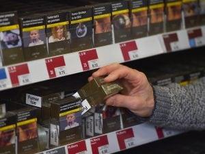 Rimini, compra le sigarette e trova la foto della moglie morta: chiesti 100 milioni