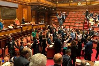 Senato, protesta del Pd: dem occupano banchi del governo mostrando Costituzione, seduta sospesa