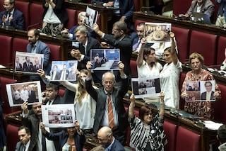 Fondi russi alla Lega, la protesta Pd alla Camera con le foto di Salvini insieme a Savoini