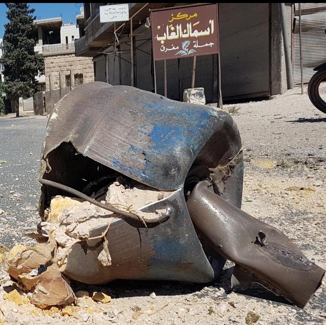 Il resto di un barile bomba lanciato il 21 luglio a Karfranbel, nella provincia di Idlib (Syrian network for human rights)
