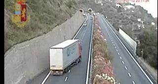 Tir contromano sull'A10, il camionista era ubriaco: tragedia sfiorata sull'Autofiori