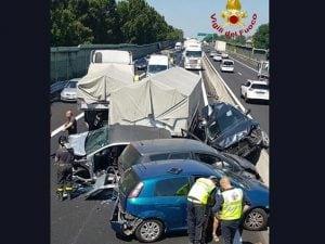 Incidente A11, maxi tamponamento tra auto e camion: 3 feriti