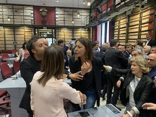 Una deputata leghista aggredisce un'onorevole del Pd che protestava contro Salvini