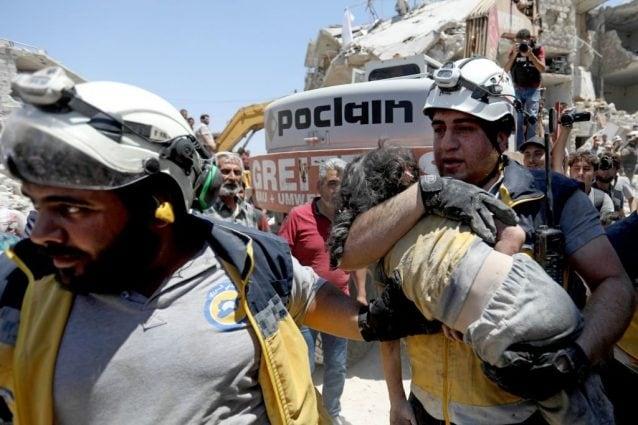 Una bambina estratta viva dalle macerie dopo il raid avvenuto il 22 luglio al mercato ortofrutticolo di Maarat al–Numan (Gettyimges)
