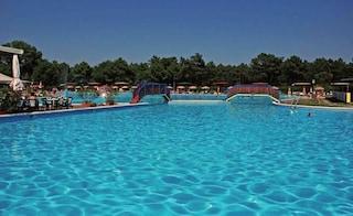 Ravenna: bimbo di 5 anni cade nella piscina del residence e rischia di annegare, gravissimo