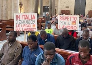 """Bari, braccianti e migranti occupano la basilica: """"Basta sfruttamento nei campi"""""""