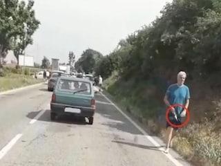 Omicidio Carmagnola: in un video il killer passeggia col coltello insanguinato tra le mani